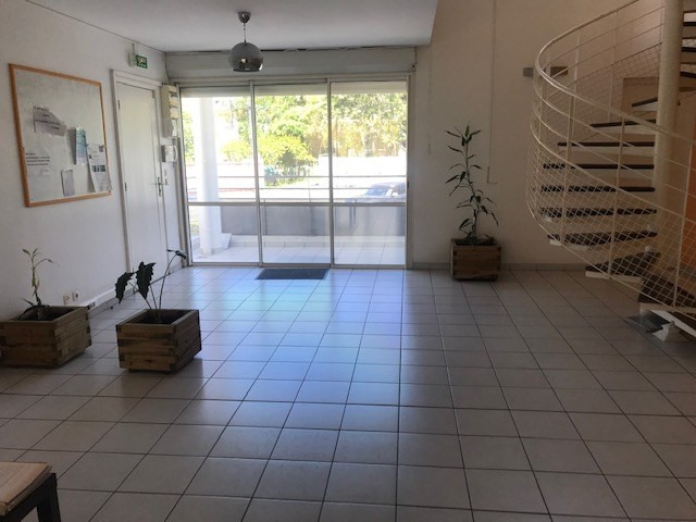 Location local commercial Le gosier 580€ HC - Photo 2