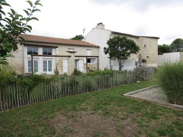 Sale house / villa Saint-jean-d'angély 299620€ - Picture 2