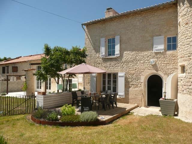 Sale house / villa Saint-jean-d'angély 299620€ - Picture 1