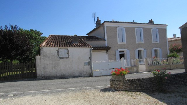 Sale house / villa Saint-jean-d'angély 149 550€ - Picture 1