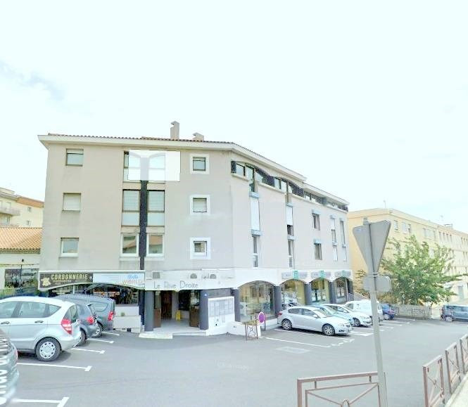 Rental apartment Les angles 520€ CC - Picture 1
