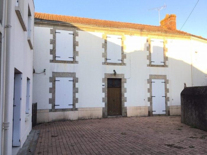 Investment property house / villa Saint-georges-de-montaigu 261000€ - Picture 1