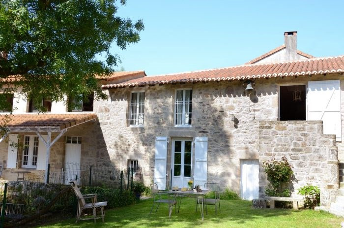 Sale house / villa Mortagne-sur-sèvre 398000€ - Picture 1