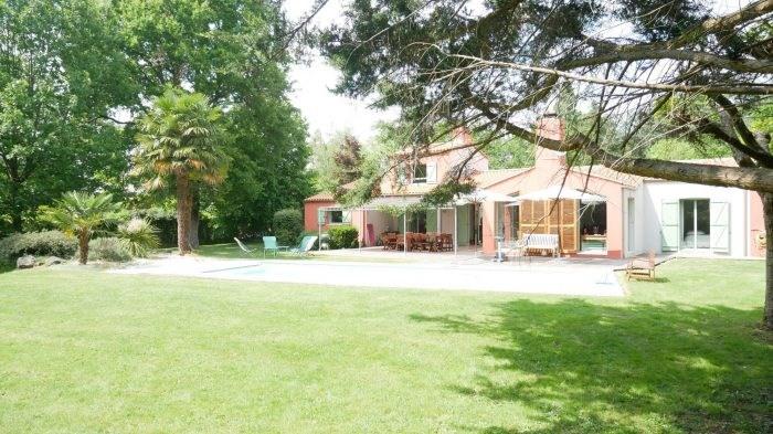 Deluxe sale house / villa Clisson 582400€ - Picture 1