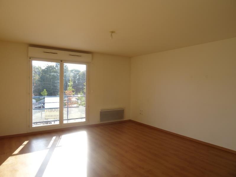 Rental apartment Persan 710€ CC - Picture 1