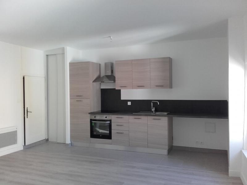 Rental apartment Bouc bel air 800€ CC - Picture 1