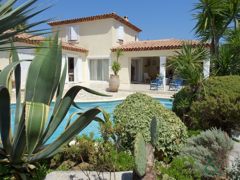 Villa for sale with swimming pool and garden