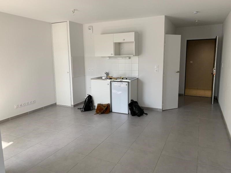 Rental apartment Bron 415€ CC - Picture 1