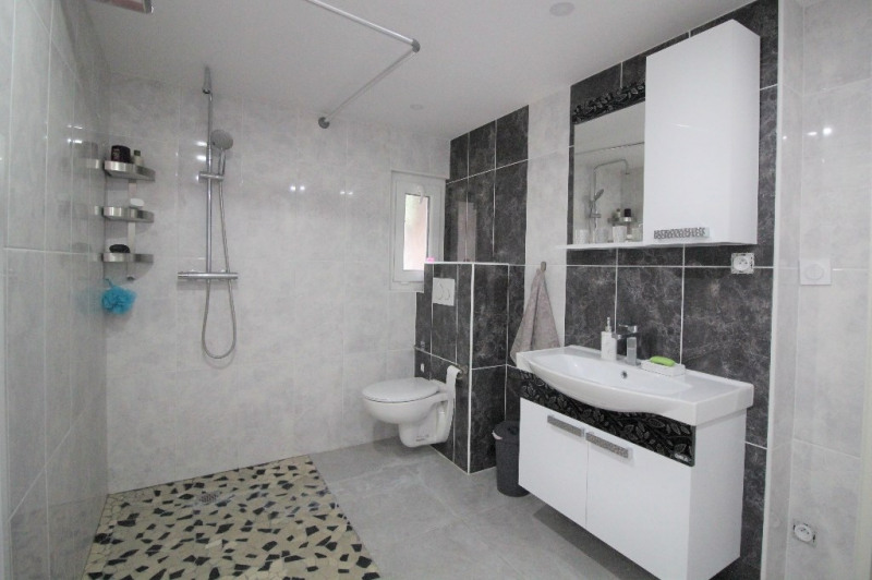 Sale house / villa Le pont de beauvoisin 274000€ - Picture 9