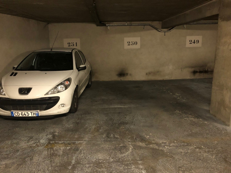 Rental parking spaces Paris 3ème 200€ CC - Picture 1