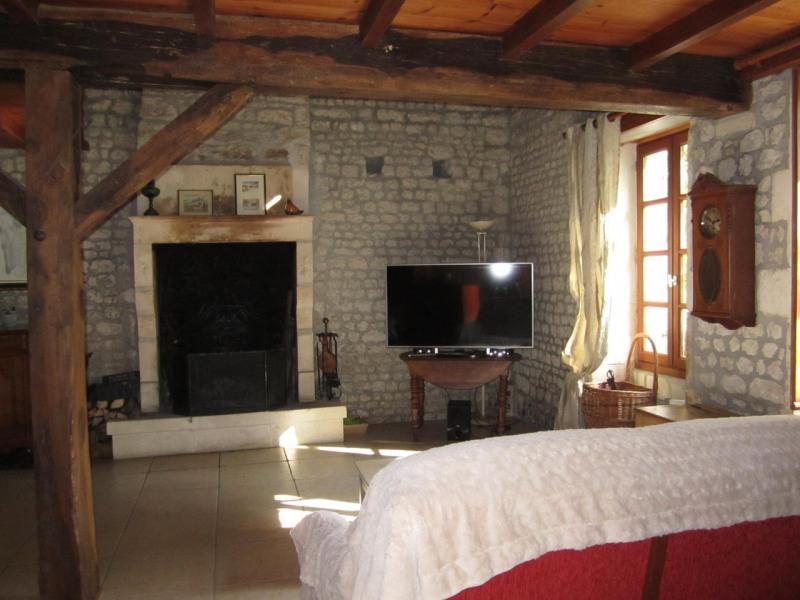 Sale house / villa Criteuil-la-magdeleine 254000€ - Picture 7