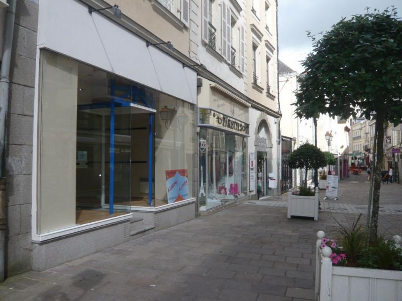 Rental shop Laval 580€ HC - Picture 1