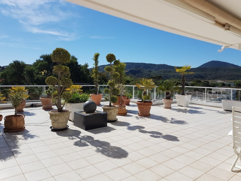 3 BEDROOMS APT SURROUNDING A GOLF COURSE WITH A 200 sqm sunny TERRACE