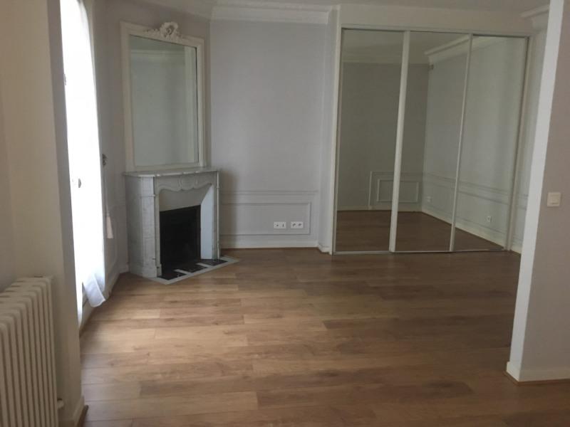 Rental apartment Paris 8ème 1550€ CC - Picture 1