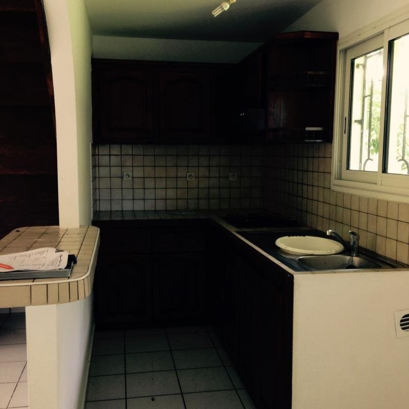 Location maison / villa Petite ile 770€ CC - Photo 3