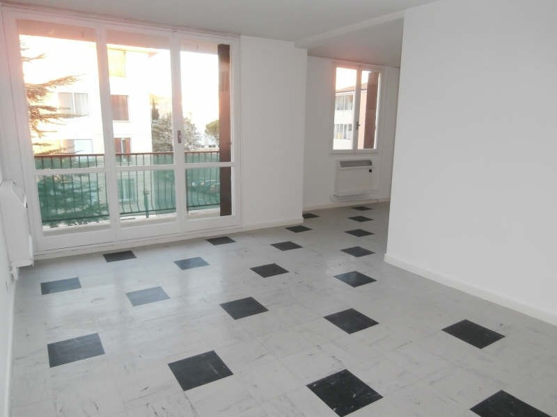 Rental apartment Salon de provence 740€ CC - Picture 1