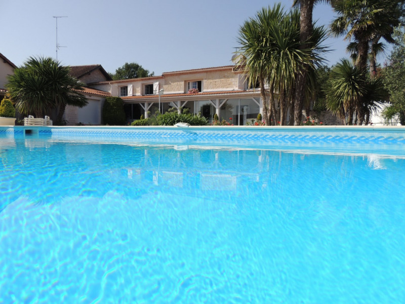 Vacation rental house / villa Saint romain de benet 3 980€ - Picture 1
