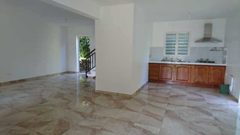 Rental house / villa Saint-benoît 930€ CC - Picture 3