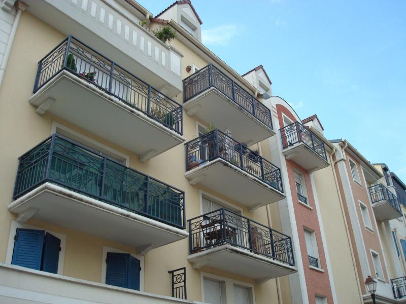Location appartement Les pavillons-sous-bois 1025€ CC - Photo 1