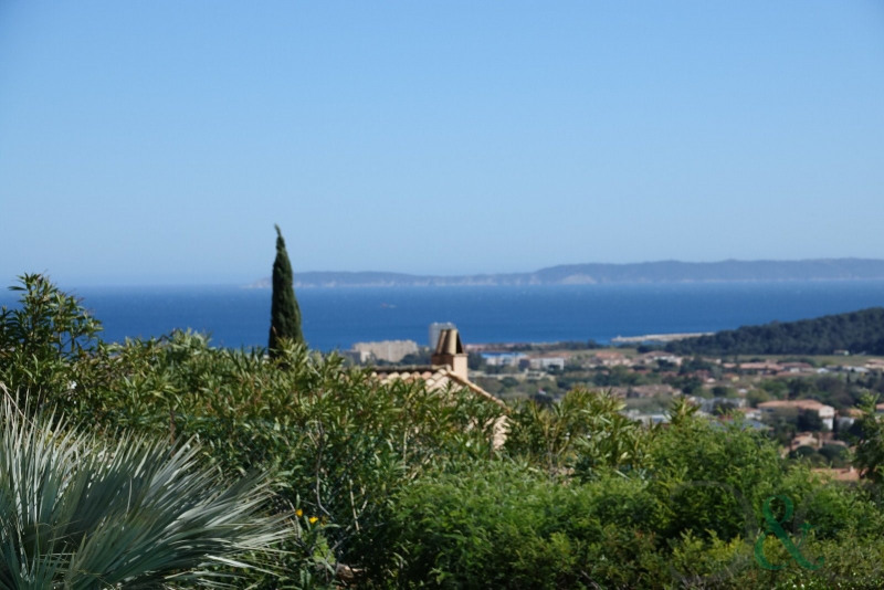 Bormes the Mimosas. Sea view villa for sale. In a residentia