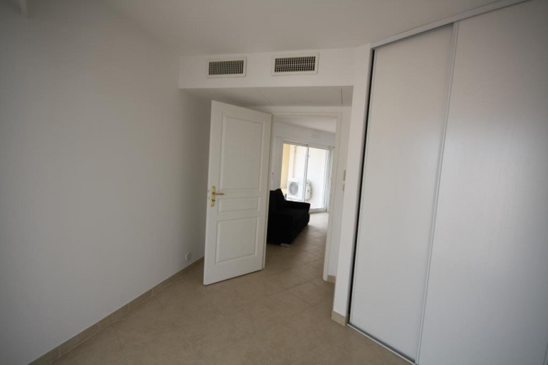 Rental apartment Juan-les-pins 1 200€ CC - Picture 4