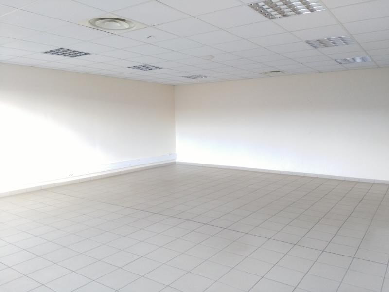 Location local commercial Ennery 2 600€ HT/HC - Photo 5