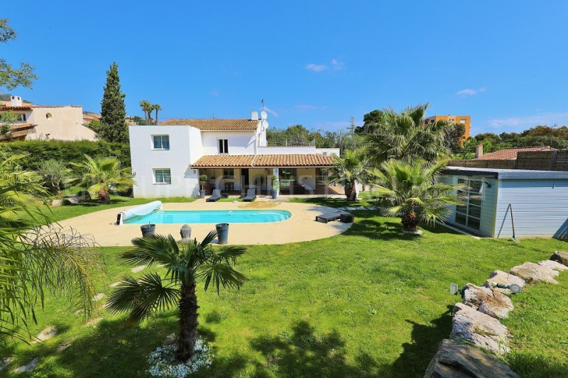 MANDELIEU NEAR SHOPS BUT ENJOYING TOTAL PEACE & QUIET - 4-BEDROOM HOUSE OF 175M² - FLAT GROUNDS FACING SOUTH WITH POOL