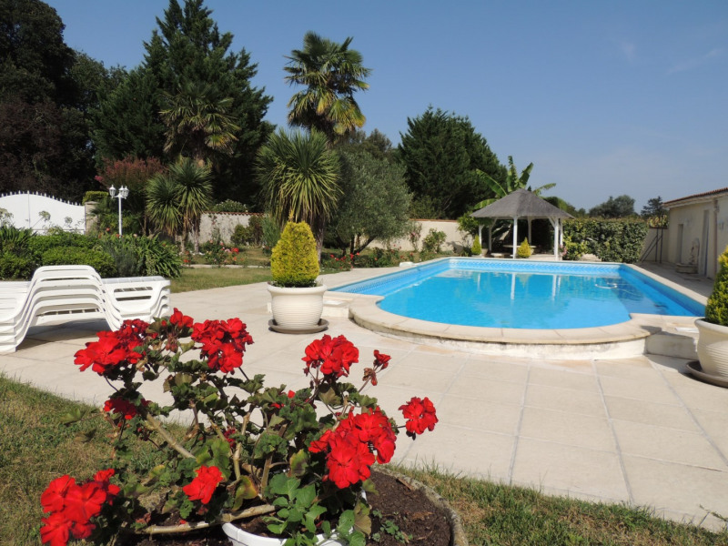 Vacation rental house / villa Saint romain de benet 3 980€ - Picture 2