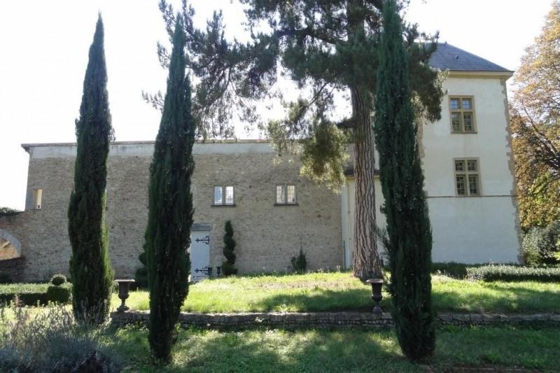 Prox. Neuville S/S, château du XV ème et XVI ème s de 957 M