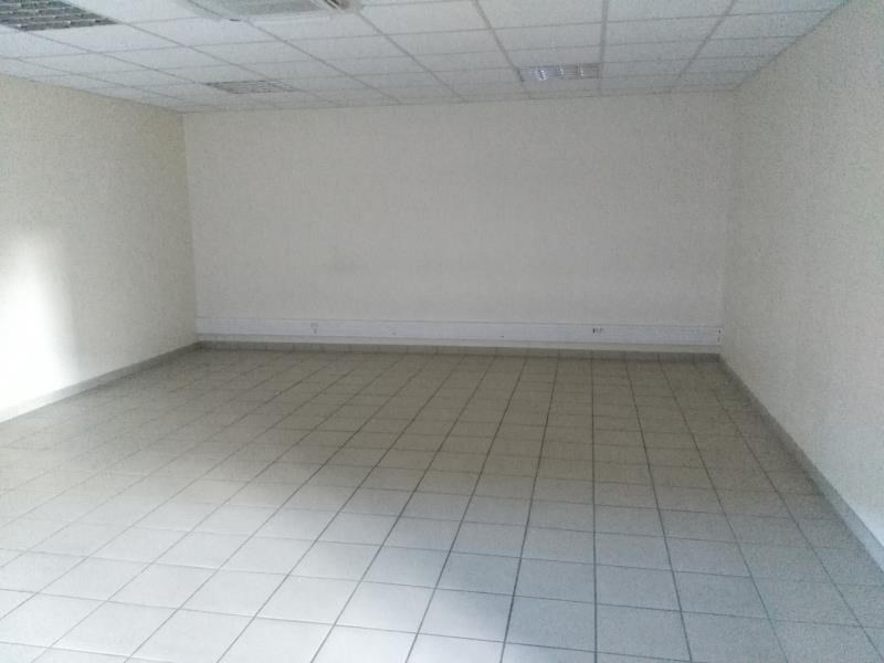 Location local commercial Ennery 2 600€ HT/HC - Photo 3