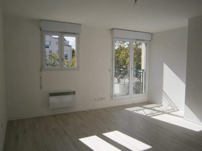 Rental apartment Voisins le bretonneux 662€ CC - Picture 1