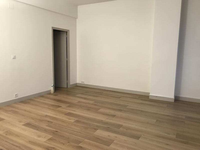 Location appartement Paris 10ème 1 625€ CC - Photo 4