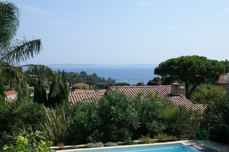 Villa with sea views and swimming pool close to the beach