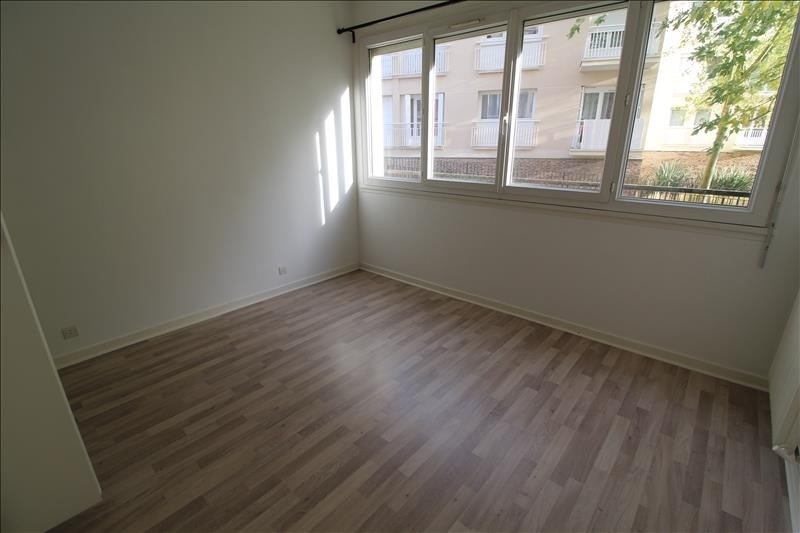 Rental apartment Maurepas 891€ CC - Picture 4
