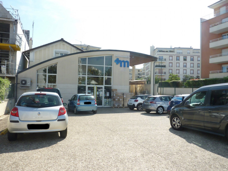 Local commercial de 332.77 m² + appartement de 61.55 m² soit 3