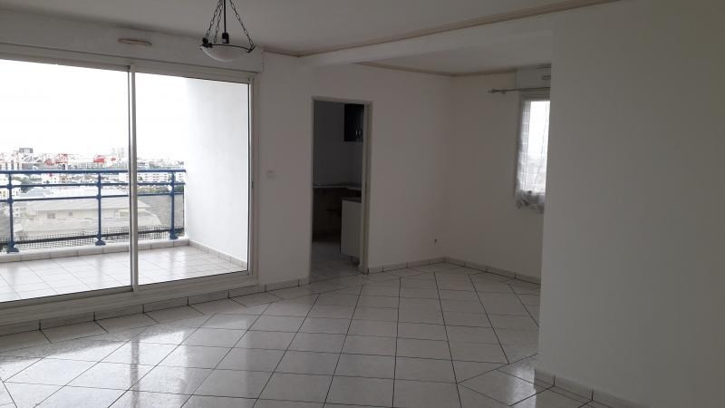 Rental apartment St denis camelias 1 050€ CC - Picture 2