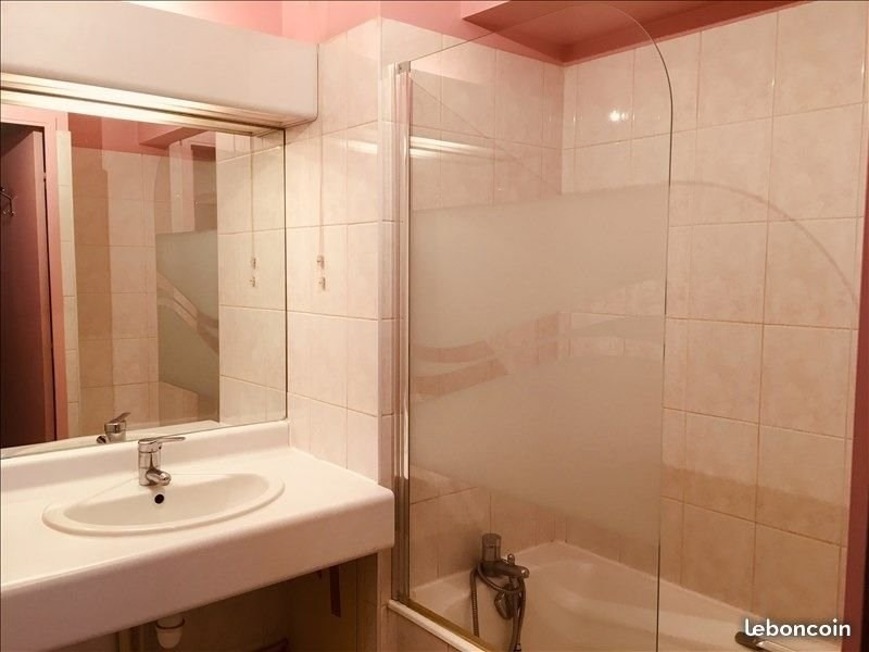 Rental apartment Charbonnieres les bains 675€ CC - Picture 4