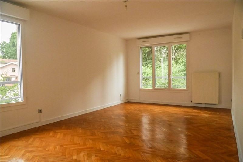 Rental apartment Charbonnieres les bains 750€ CC - Picture 2