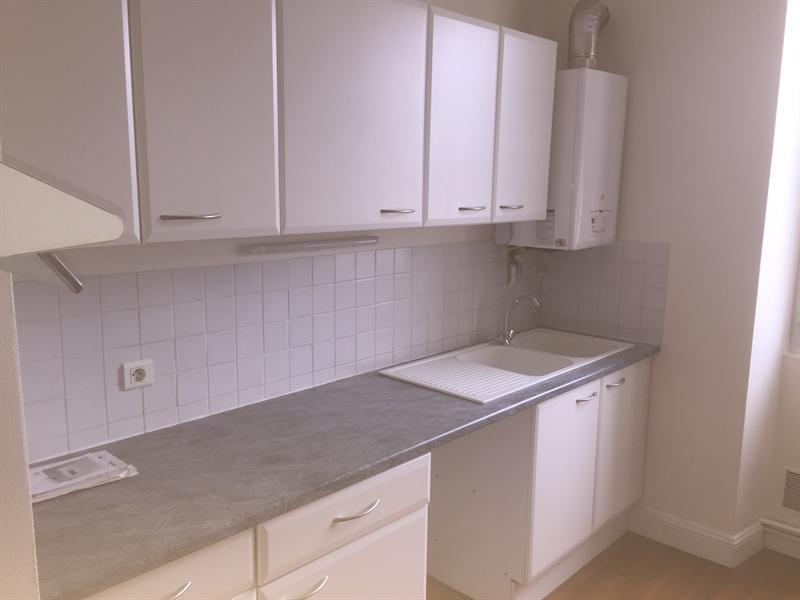 Location appartement Saintes 591€ CC - Photo 3