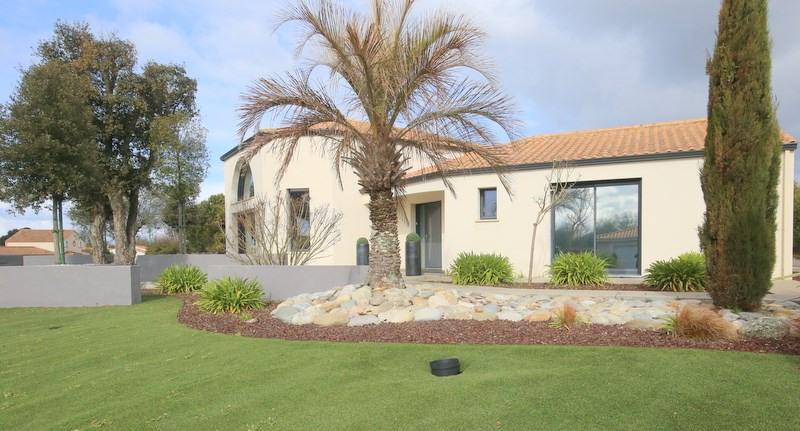 Deluxe sale house / villa Le fenouiller 676000€ - Picture 1
