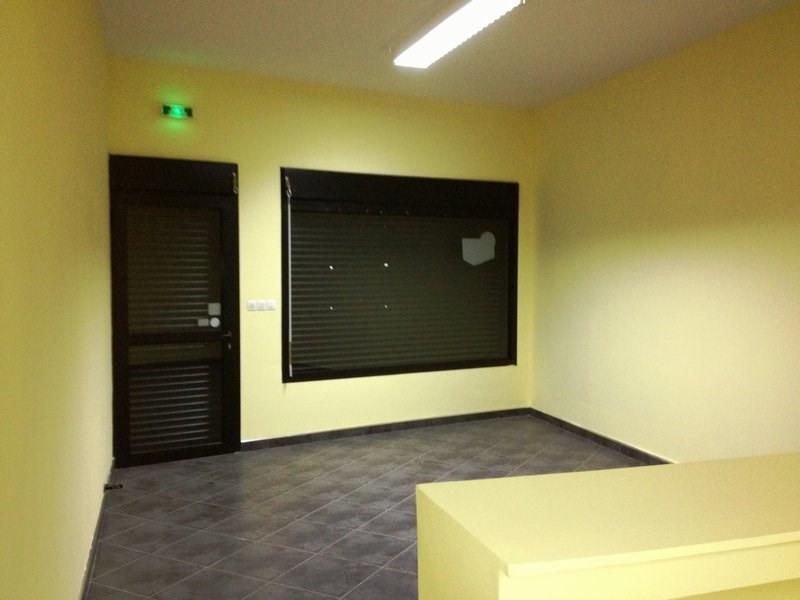 Rental empty room/storage Petite ile 916€ CC - Picture 3