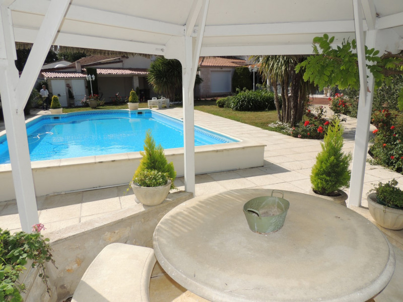 Vacation rental house / villa Saint romain de benet 3 980€ - Picture 3