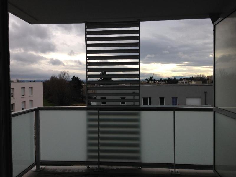 Rental apartment Bron 870€ CC - Picture 1