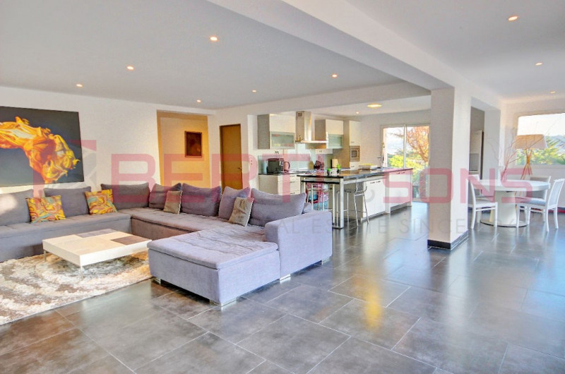 SOLE AGENT - 100M FROM SHOPS IN QUIET DISTRICT WITH NICE VIEW VILLA RENOVATED OF 220 M2 PKG 4/5 CARS LIVING ROOM / KITCHEN 66M2