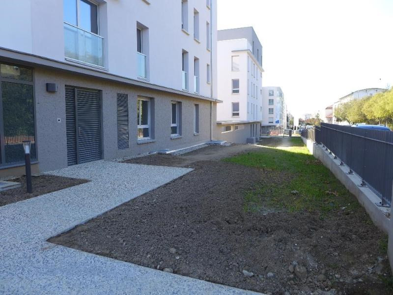 Rental apartment Bron 573€ CC - Picture 1