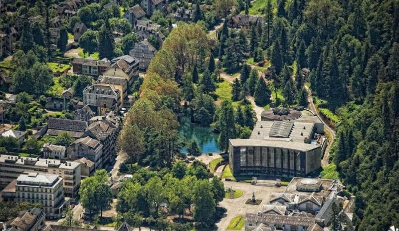 Sale building Bagneres de luchon 392000€ - Picture 1