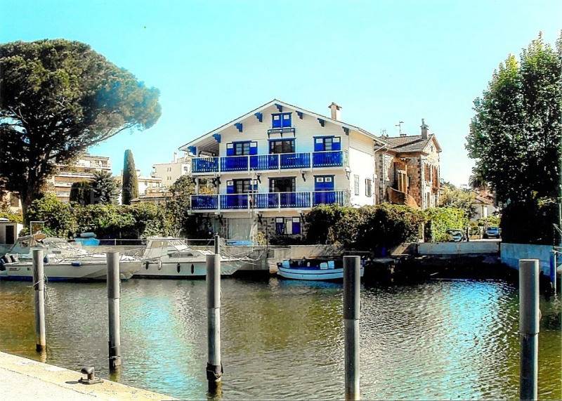 EXCEPTIONAL LOCATION NEAR THE SEA WITH PRIVATE MOORING PLACE FOR 7/8 BOATS !