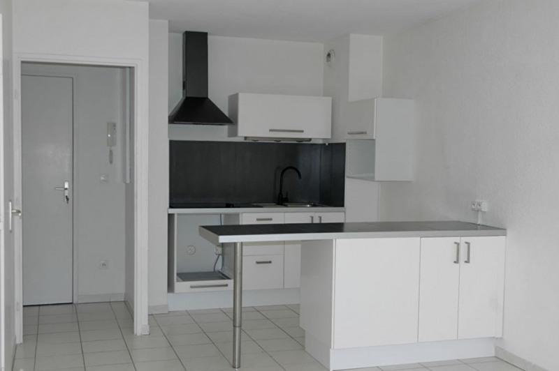Rental apartment Venelles 710€ CC - Picture 1