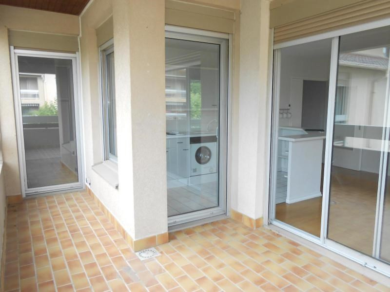 Location appartement Charbonnieres les bains 820€ CC - Photo 2